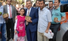 Murat Aydın Yeşiltepe mahallesinde fesleğen dağıttı