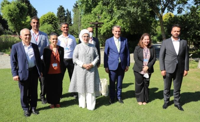 """Emine Erdoğan, """"Zeytinburnu Tıbbi Bitkiler Bahçesi""""ni Ziyaret Etti"""